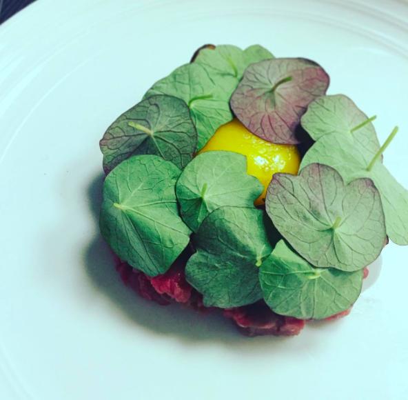 Tartar – med confiteret æggeblomme og chips af skorzonerødder